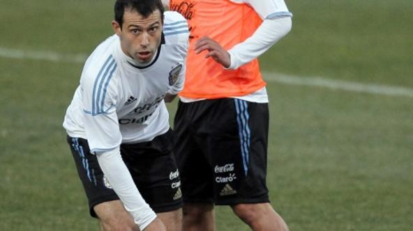 'Argentina\'s Javier Mascherano (L) eludes Carlos Tevez during a training soccer session in Pretoria, June 30, 2010. REUTERS/Enrique Marcarian(SOUTH AFRICA - Tags: SPORT SOCCER WORLD CUP)'