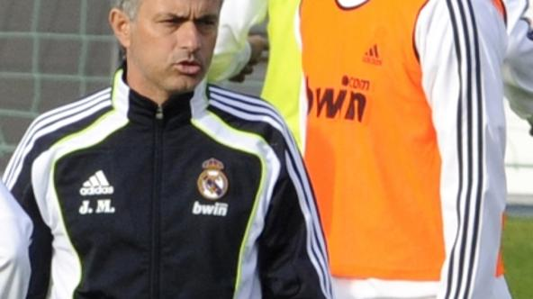 \'Real Madrid\'s Portuguese coach Jose Mourinho (L) and French forward Karim Benzema take part in a training session at Real Madrid\'s sport city on October 29, 2010 in Madrid.    AFP PHOTO/ DOMINIQUE