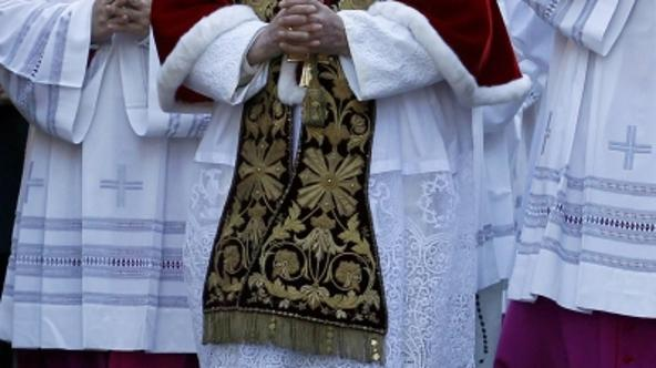'Pope Benedict XVI arrives in procession to celebrate Ash Wednesday mass at the Basilic of Santa Sabina in Rome March 9, 2011. REUTERS/Giampiero Sposito (ITALY - Tags: RELIGION)'