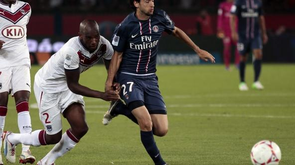 'Bordeaux\'s French defender Michael Ciani (C) vies with Paris Saint-Germain\'s Argentinian midfielder Javier Pastore (R) during the French L1 football match Paris Saint-Germain (PSG) vs Girondins de
