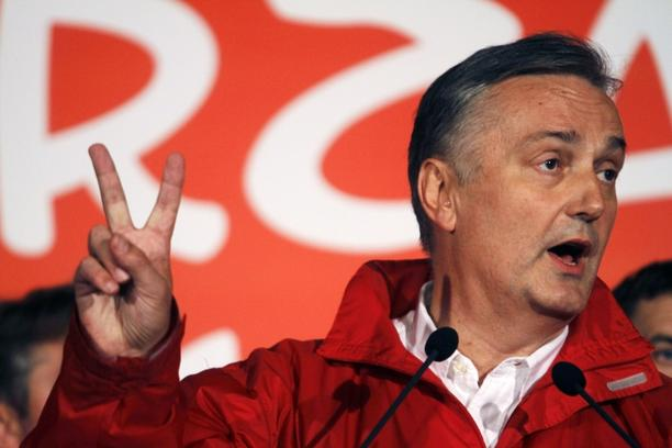 \'Social Democratic Party president Zlatko Lagumdzija attends a news conference in Sarajevo, early October 4, 2010. REUTERS/Dado Ruvic (BOSNIA AND HERZEGOVINA - Tags: ELECTIONS POLITICS)\'