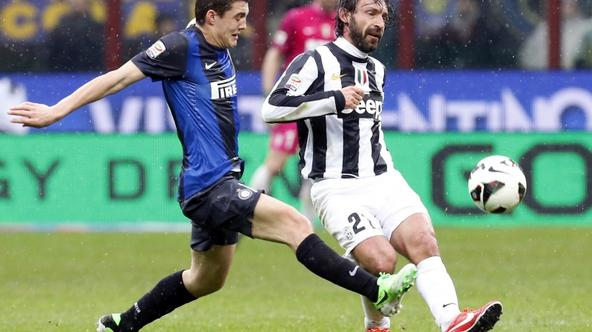 'Inter Milan's Mateo Kovacic (L) fights for the ball with Juventus' Andrea Pirlo during their Italian Serie A soccer match at the San Siro stadium in Milan March 30, 2013. REUTERS/Alessandro Garofal