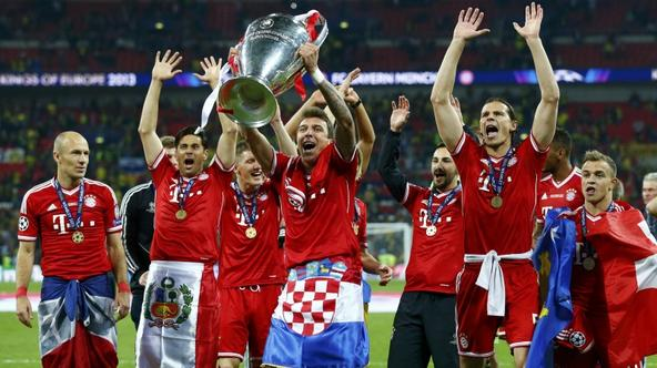'Bayern Munich's Mario Mandzukic (C) holds up the Champions League Trophy after defeating Borussia Dortmund in their Champions League Final soccer match at Wembley Stadium in London May 25, 2013.